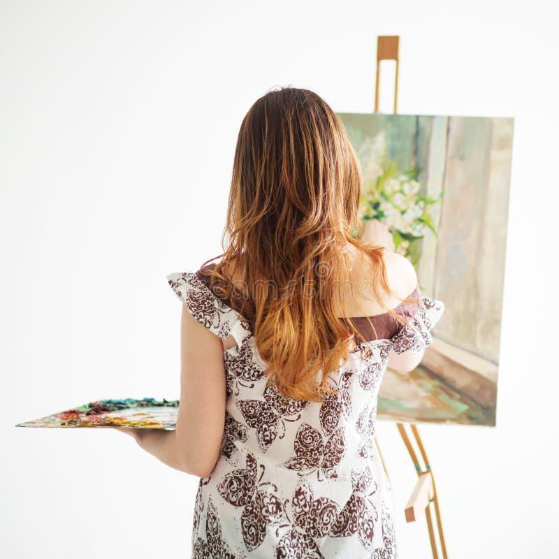 Peinture de femme sur une toile sur le fond blanc photo libre de droits