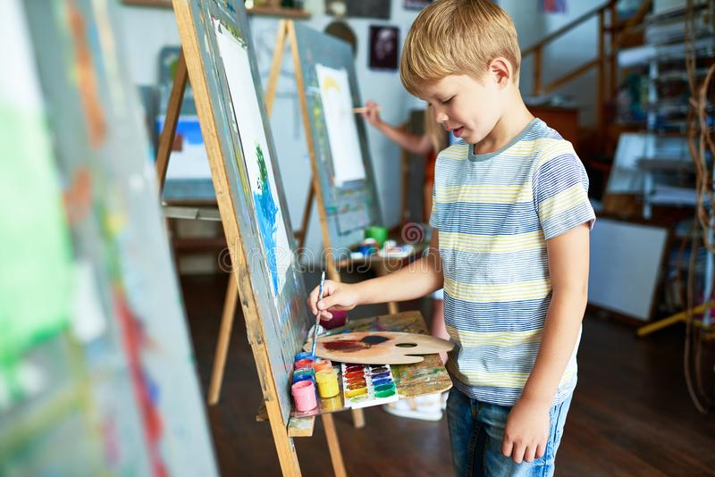 Peinture de Little Boy en Art Studio image libre de droits
