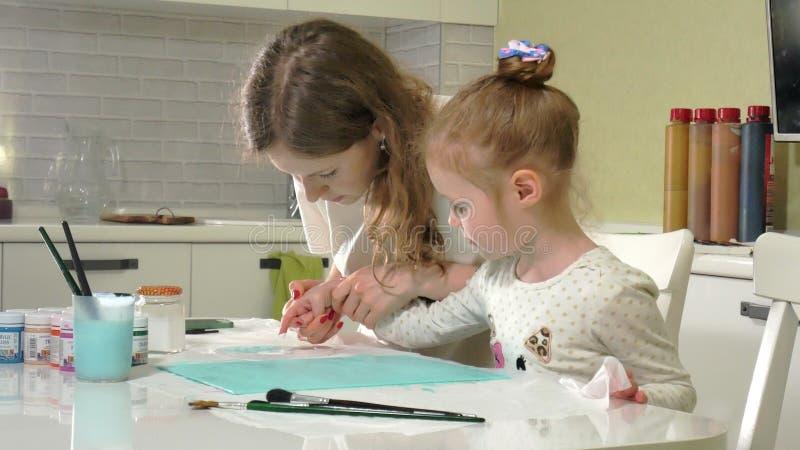 Peinture de mère et d'enfant avec les doigts colorés Les jeux avec des enfants affectent le développement de premiers enfants images stock