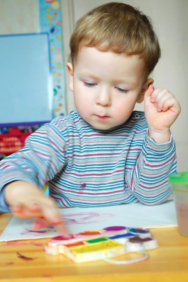 Peinture de petit garçon photo libre de droits