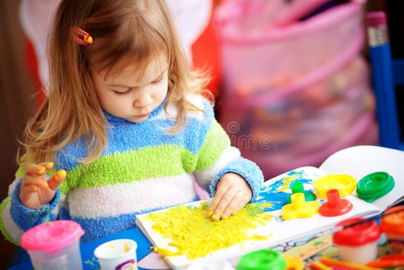 Peinture de petite fille photos libres de droits