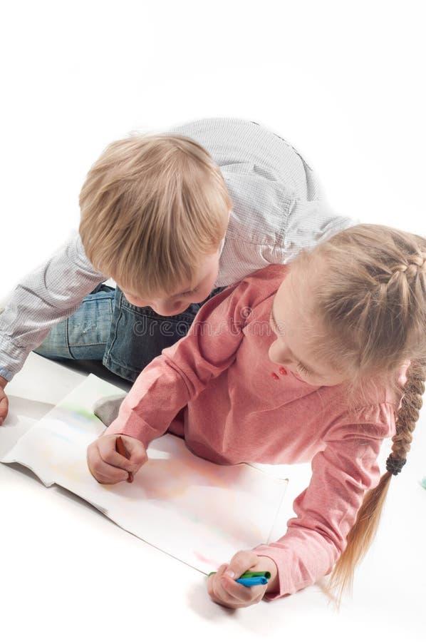 Peinture de petite fille et de garçon image libre de droits