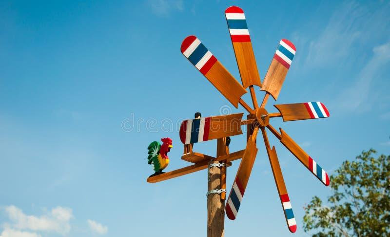 Peinture en bois de turbine de vent un drapeau de la Thaïlande sur le fond de ciel bleu photos libres de droits