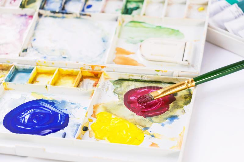Peinture et balai d'aquarelle Boîte de peinture de palette sur le fond blanc pour le concept d'art d'éducation et de conception images stock