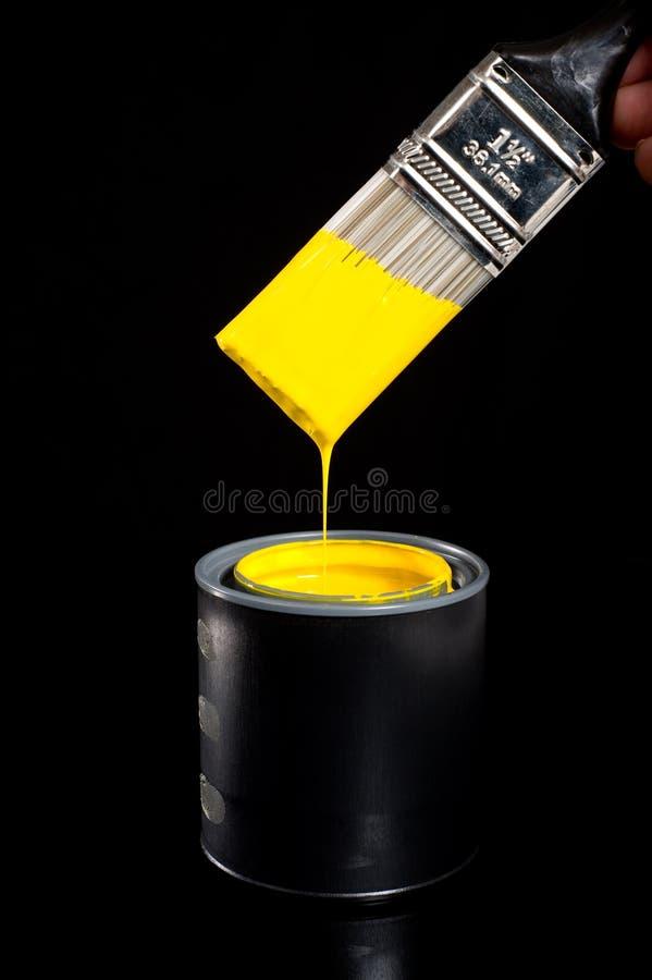 Peinture et balai jaunes image stock