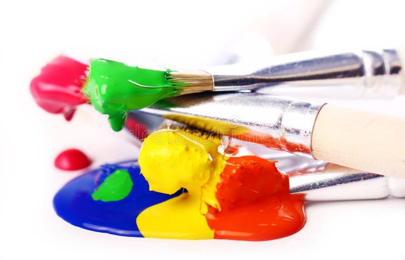 Peinture et balais colorés photographie stock