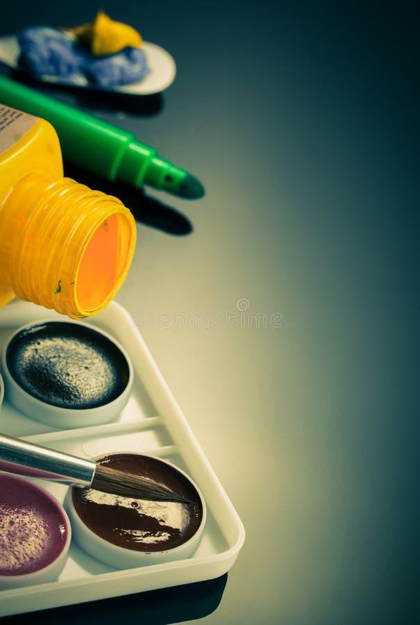 Peinture et bouteille sur le noir image stock