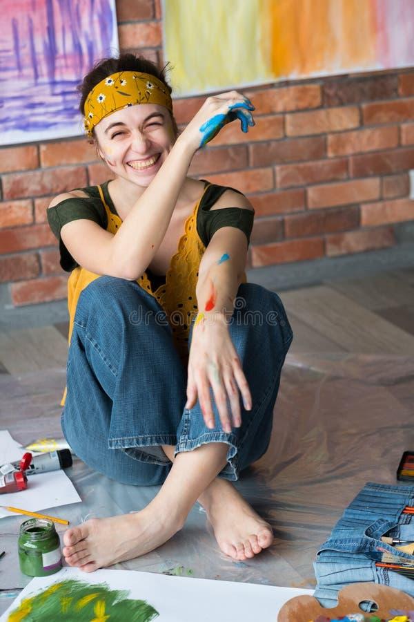 Peinture femelle créative d'artiste de loisirs d'amusement jeune photos libres de droits