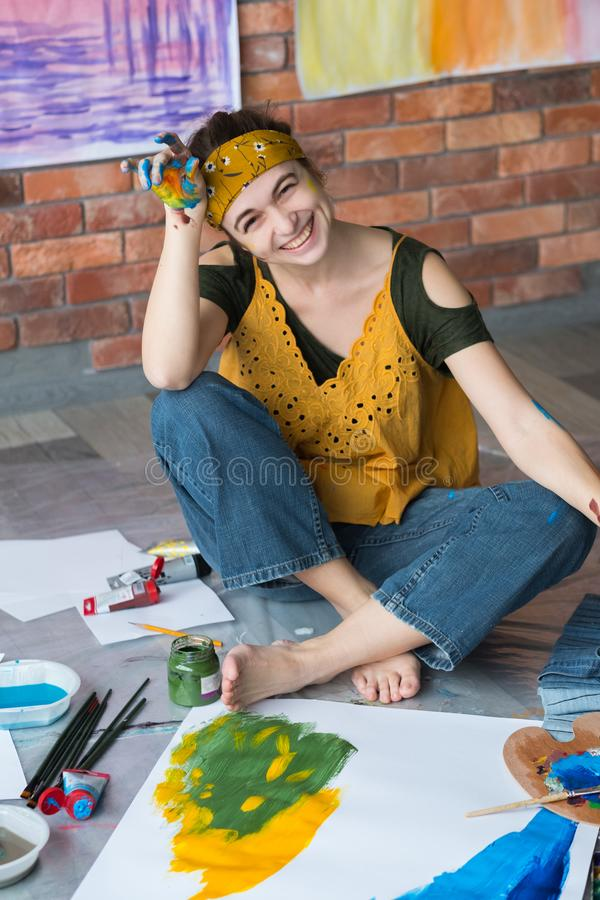 Peinture femelle créative d'artiste de passe-temps de beaux-arts jeune photographie stock libre de droits