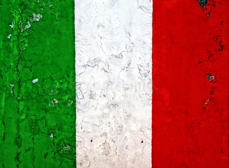 Peinture italienne de drapeau national sur un mur superficiel par les agents épluché photo stock