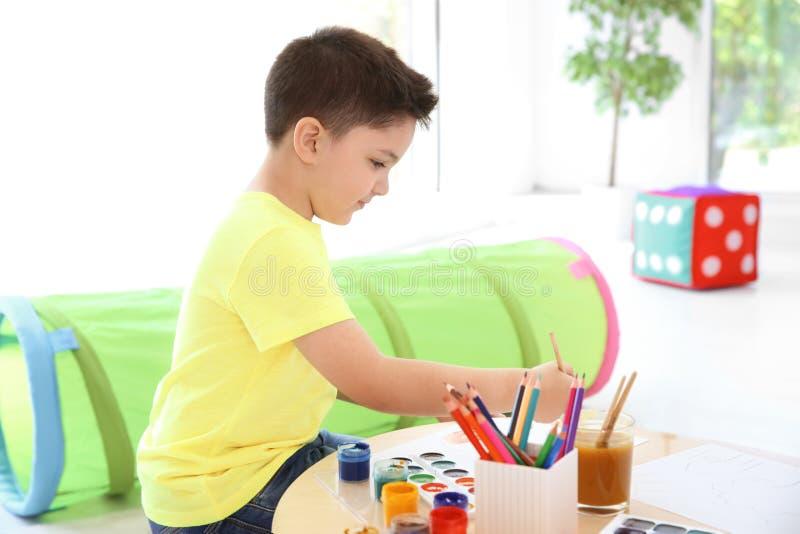 Peinture mignonne de petit enfant à la table photographie stock