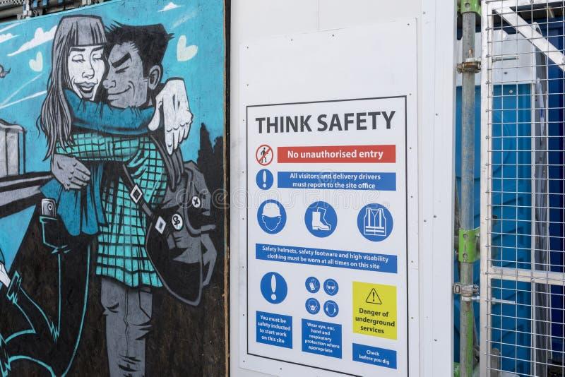 Peinture murale d'art de rue de Doncaster avec le signe de sécurité à côté de lui image libre de droits