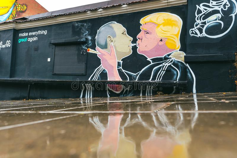 Peinture murale de baiser de Donald Trump Vladimir Putin image stock