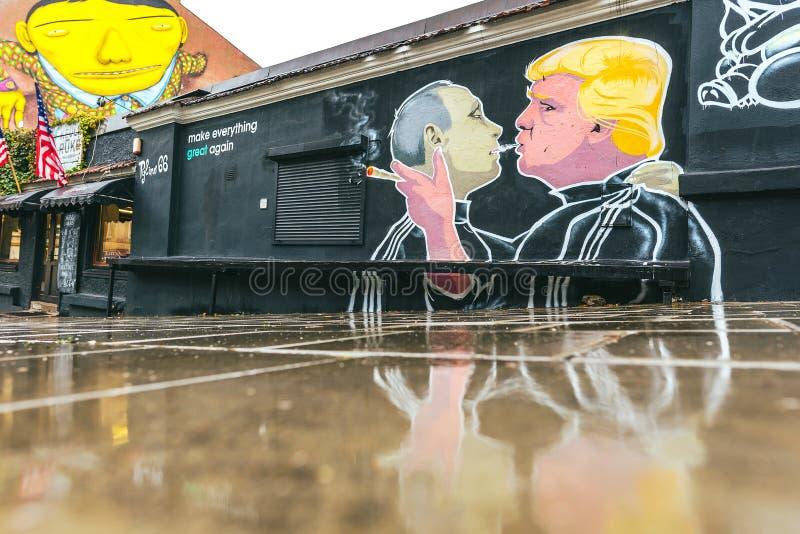 Peinture murale de baiser de Donald Trump Vladimir Putin photo libre de droits