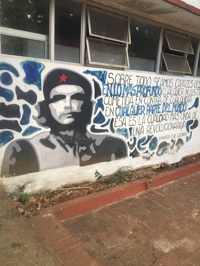 Peinture murale de Che Guevara à une école au Cuba images stock