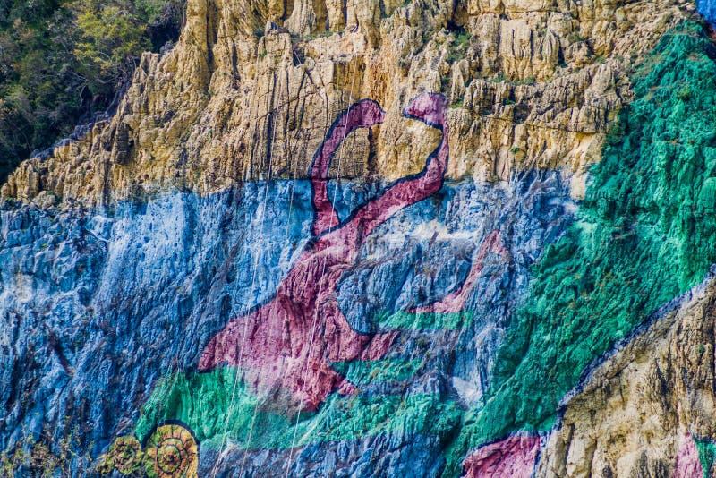 Peinture murale de Mural de la Prehistoria The de préhistoire peinte sur un visage de falaise dans la vallée de Vinales, Cuba photographie stock