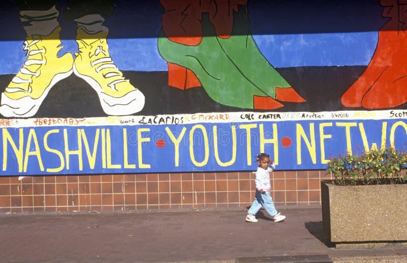 Peinture murale de réseau de la jeunesse de Nashville avec la jeune fille d'Afro-américain dans le premier plan images libres de droits