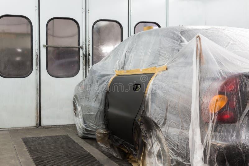 Peinture primaire la voiture sur l'atelier de carrosserie photo libre de droits
