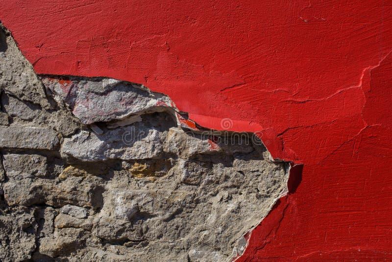 Peinture rouge sur le mur en béton image stock
