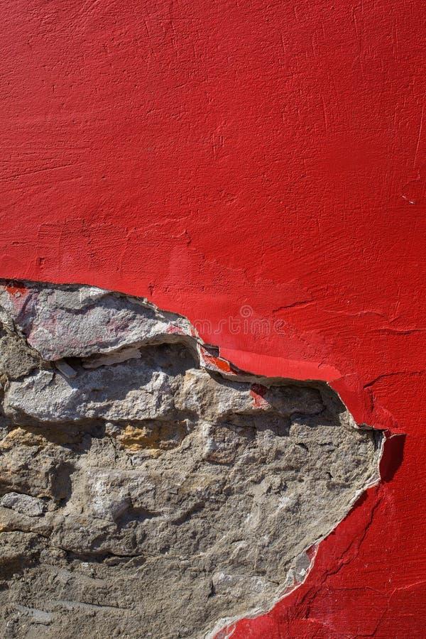 Peinture rouge sur le mur en béton image libre de droits