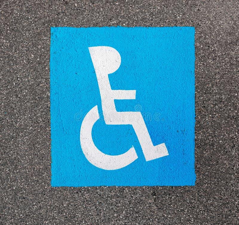 Peinture se garante handicapée de signe sur l'asphalte photographie stock libre de droits