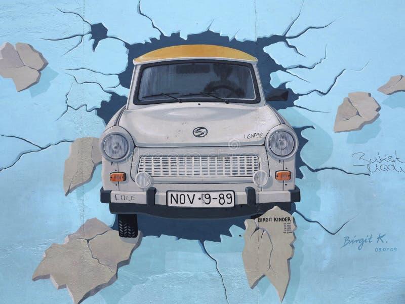Peinture sur le mur de Berlin À la rampe de côté est photos stock