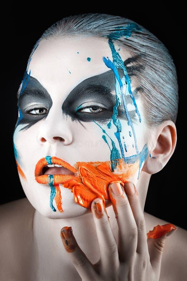 Peinture sur ses doigts enduits par visage photos libres de droits
