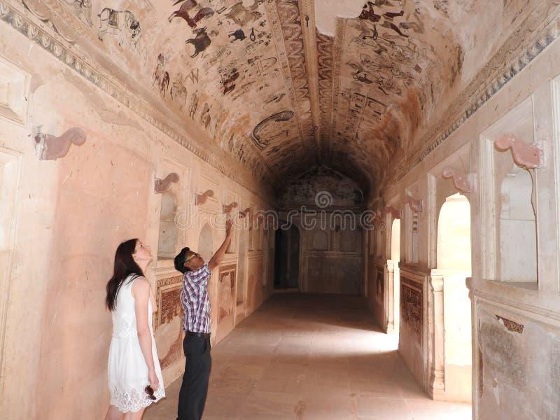 Peintures antiques à l'intérieur de temple de Lakshmi Narayan, Orchha, Madhya Pradesh, Inde photographie stock libre de droits