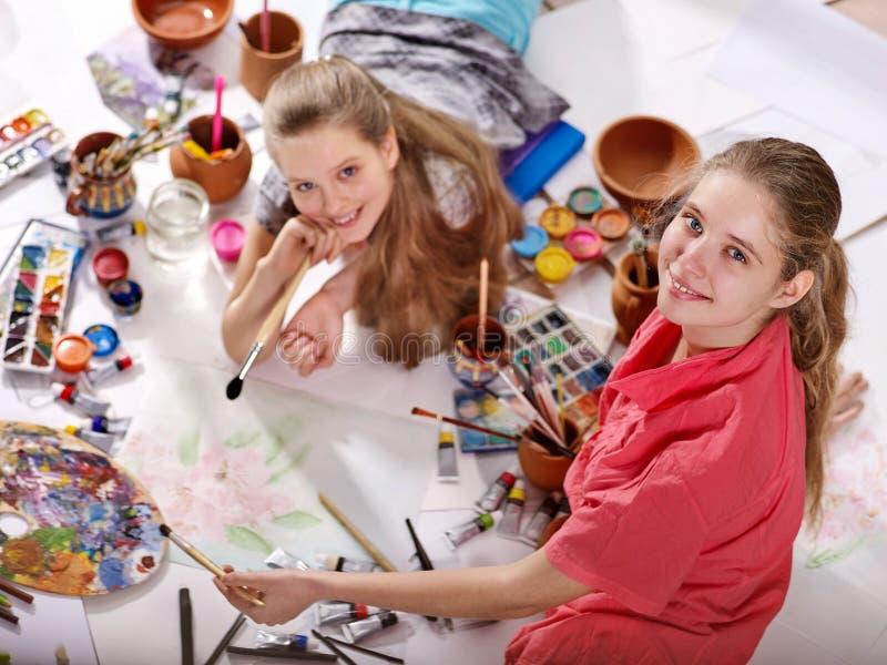 Peintures authentiques de fille d'enfants d'artiste sur le plancher Vue supérieure photos stock