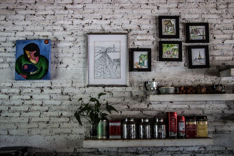 Peintures de mur dans un coin se reposant dans un restaurant dans Kanchanaburi image stock