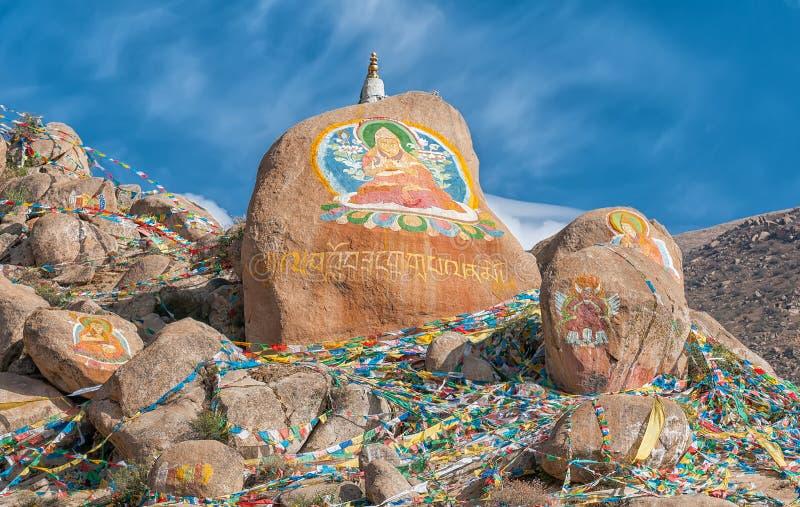 Peintures de roche et drapeaux bouddhistes de prière photographie stock libre de droits