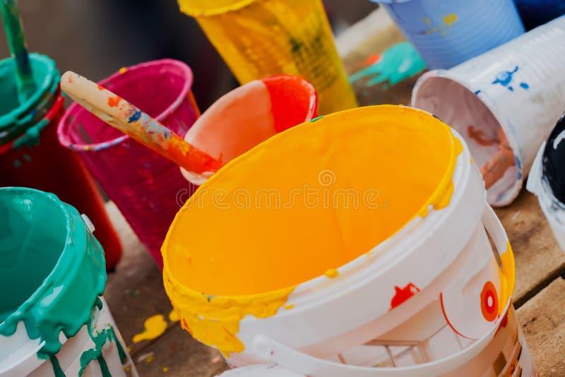 Download Peintures Multicolores Dans Des Pots Et Brosse Sur La Table Image stock - Image du attraction, modifié: 77157579