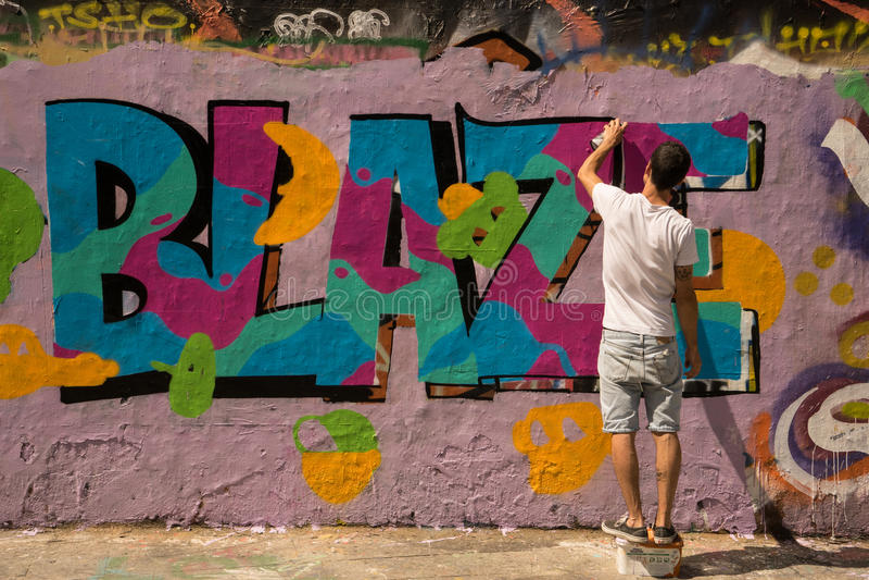 Peintures murales d'art de rue de graffiti de PARIS, FRANCE 25 juillet 2016 photo stock