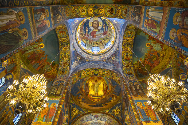 Peintures murales de mosaïque dans l'église de la résurrection du Christ à St Petersburg photographie stock