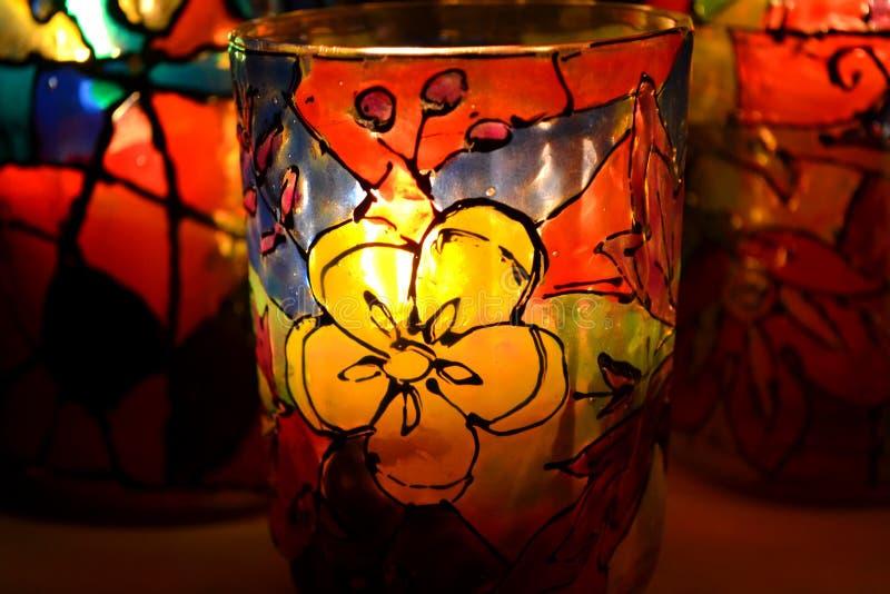 Peintures peintes par chandelier en verre en verre souillé photographie stock