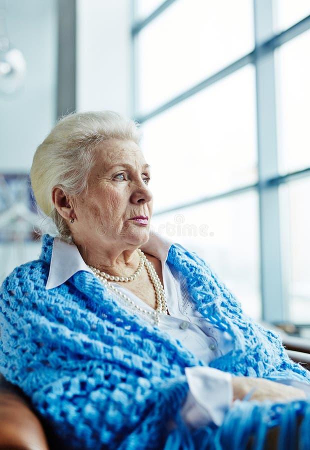 Peinzend bejaarde in koffie stock afbeeldingen