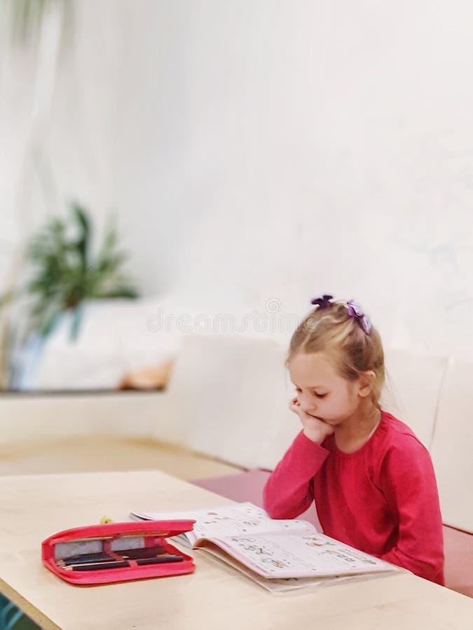 Peinzend meisje die thuis studing stock foto