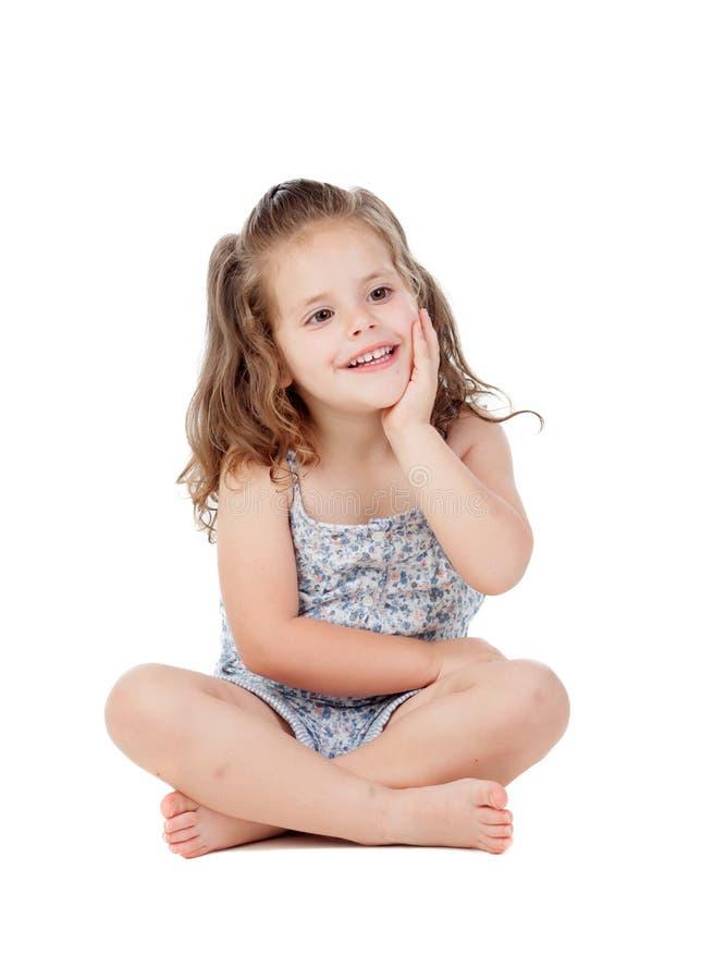 Peinzend meisje met drie éénjarigenzitting op de vloer royalty-vrije stock foto's