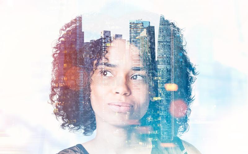 Peinzende Afrikaanse Amerikaanse onderneemster in stad stock afbeeldingen