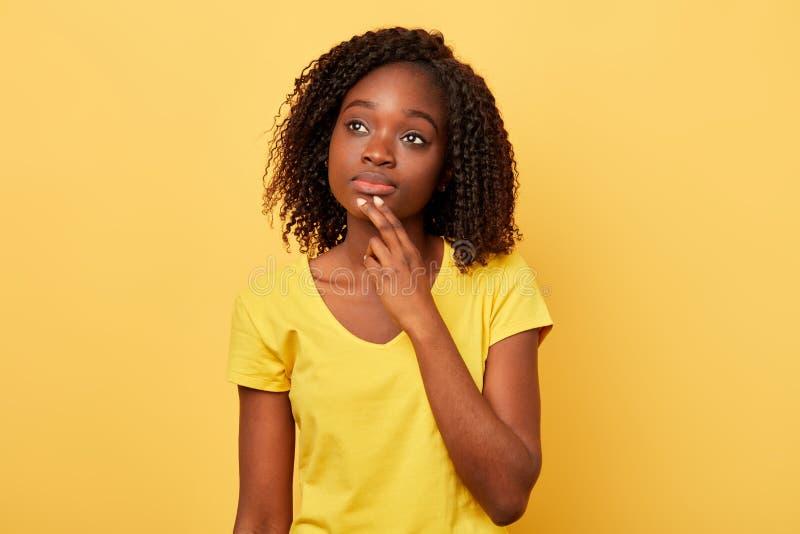 Peinzende ernstige jonge vrouw die over probleem, verwarde emotie denken royalty-vrije stock foto