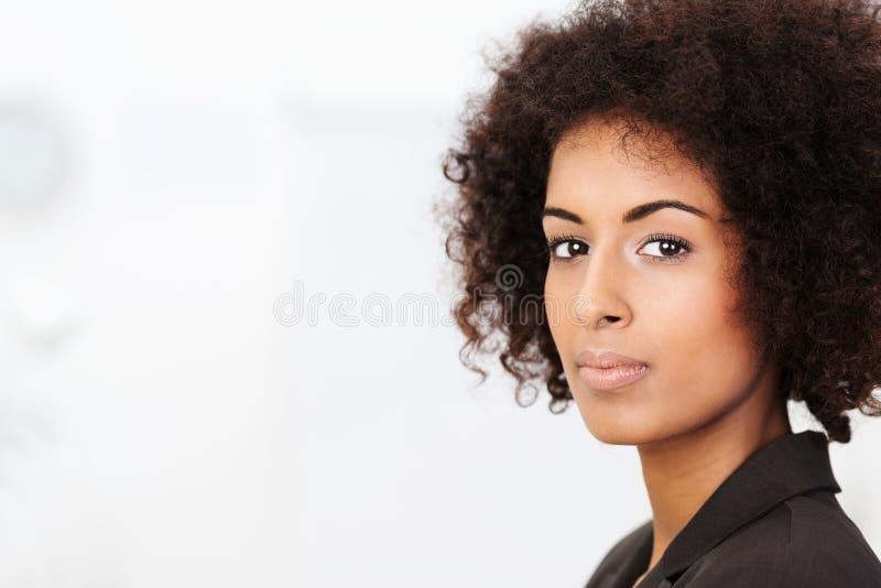 Peinzende jonge Afrikaanse Amerikaanse vrouw stock afbeeldingen