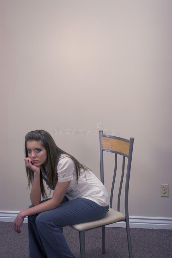 Peinzende Jonge Vrouw stock foto