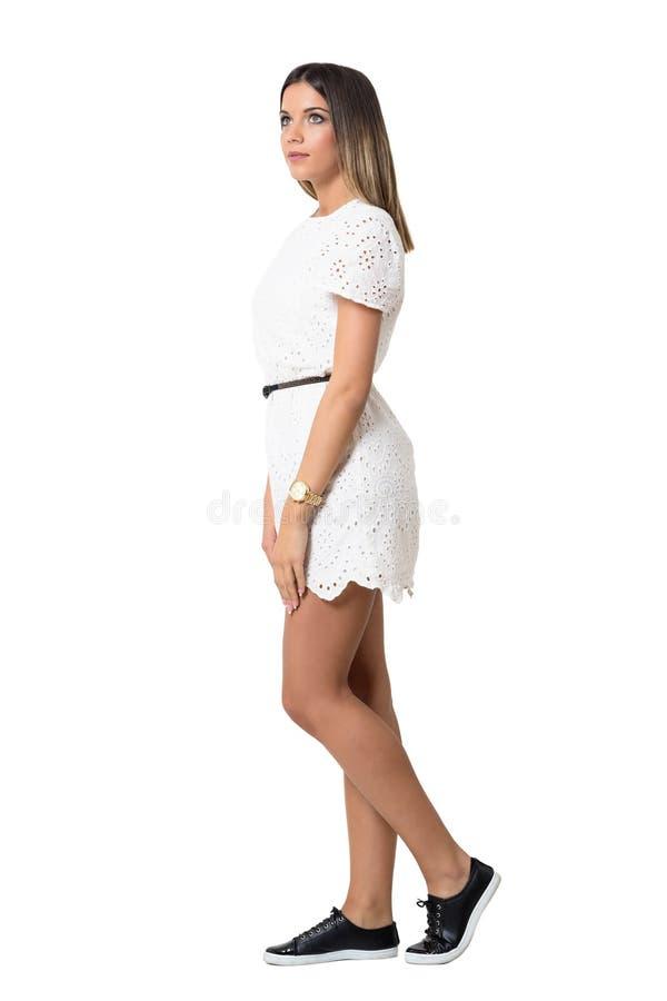 Peinzende jonge vrouw die in witte kantkleding omhoog kijken Zachte nadruk stock foto's