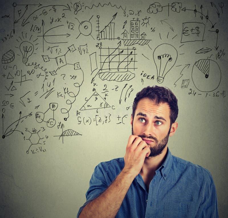 Peinzende mens die businessplan creëren stock afbeeldingen