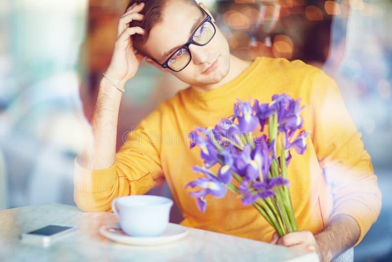 Peinzende Mens die met Bloemen op Datum wachten royalty-vrije stock foto's