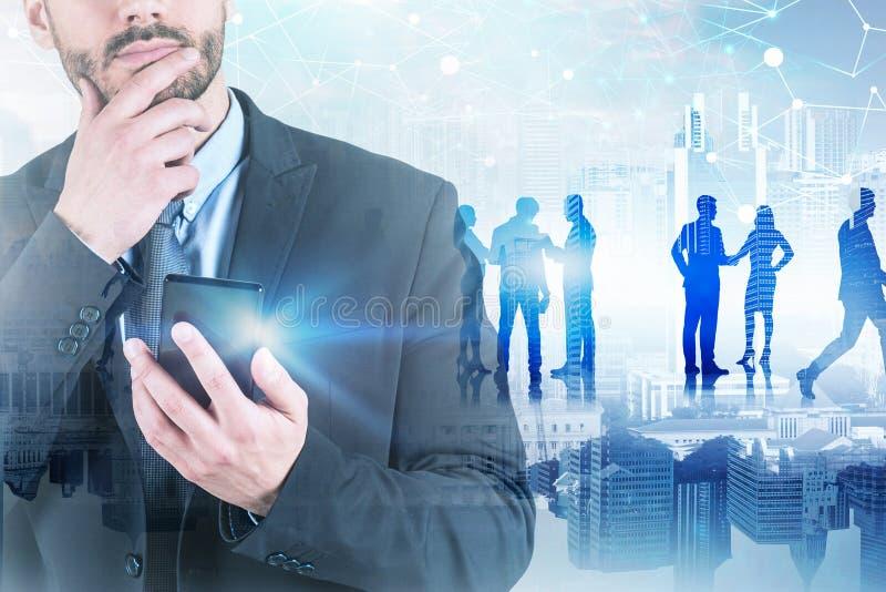 Peinzende mens met telefoon in stad, netwerk royalty-vrije stock foto