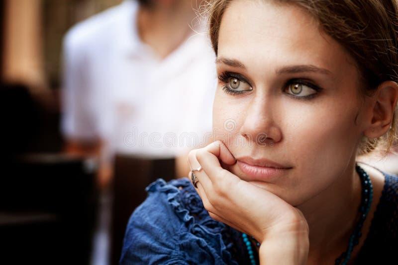 Peinzende mooie vrouw in de stad royalty-vrije stock foto's