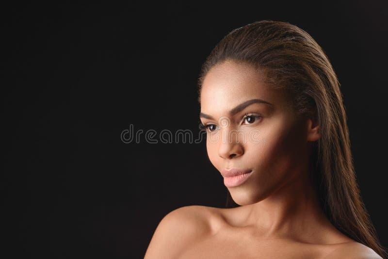 Peinzende mulatvrouw met naakt lichaam stock foto's