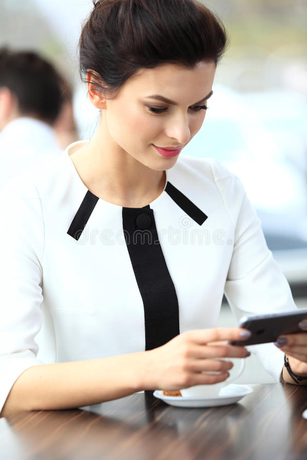 Peinzende onderneemster die een artikel op tabletcomputer lezen stock afbeelding