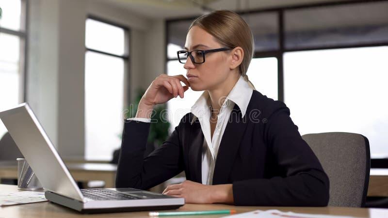 Peinzende onderneemsterzitting in bureau, die over carrière, startideeën denken stock afbeeldingen